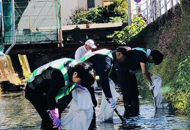 清掃活動に励む人々